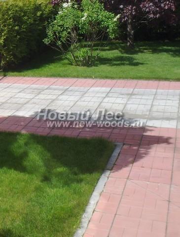 Для создания декоративного эффекта на дорожке, которая ведёт к главному входу в дом, применены тротуарные плитки двух цветов (белого и розового)