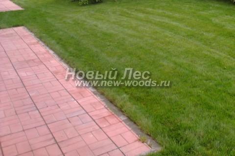 На данной площадке тротуарная плитка образует регулярный рисунок из повторяющихся масштабируемых квадратов, а для удержания целостности конструкции используется видимый бордюр