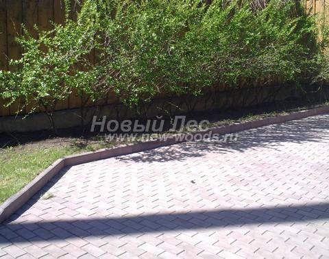 Приподнятый видимый бордюр, удерживающий конструкцию садовой дорожки, одновременно не позволяет земле газона пачкать поверхность дорожки