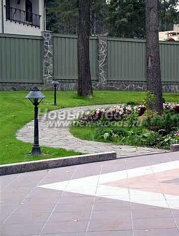 На фотографии хорошо видны бетонный бордюр, ограничивающий площадку из керамической плитки и образованный плиткой разного цвета рисунок