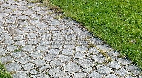 Садовая дорожка из светло-серой колотой брусчатки со швами заполненными гравием, крайние плитки в которой играют роль бордюра