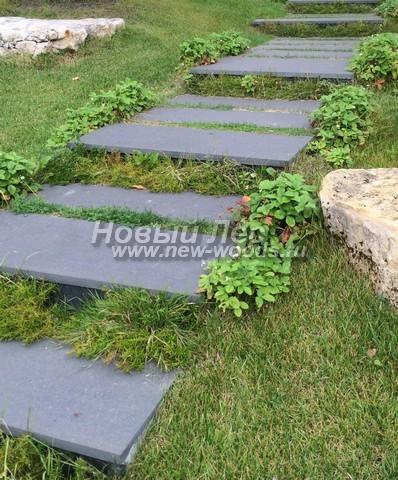 Гранитные плиты на прочном бетонном основании хорошо выполняют роль просторной лестницы, проложенной в садах, которые разбиты на склонах (видна толщина ступеней из черного гранита)