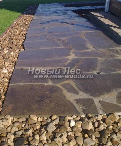 Камень-плитняк, положенный на цемент на бетонной подушке будет хорошо смотреться возле любого дома