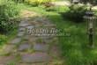 Садовая дорожка из плитняка (камень-пластушка, швы с травой) - 104
