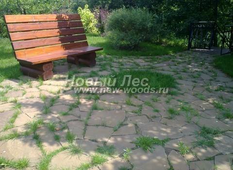 Площадка для отдыха и уединения в саду: мощение выполнено плитняком с травой в промежутках между камней