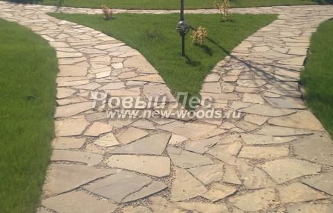 Система садовых дорожек из песчаника с гравием может вписаться в любой участок