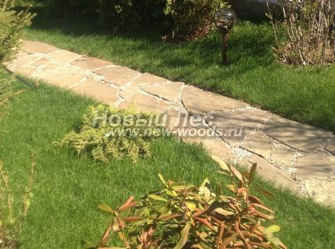 Садовая дорожка из песчаника по ширине достаточная для прохода одного человека