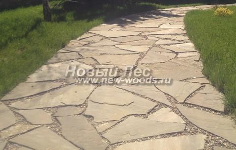 Широкая садовая дорожка из песчаника для прохода двух людей одновременно (ширина 1 м 10 см, швы заполнены гравием)