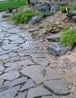 Садовая дорожка из песчаника (швы отсыпаны гравием) - 126