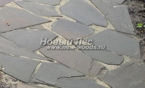Дорожка, швы между камнями песчаника в которой заполнены песком