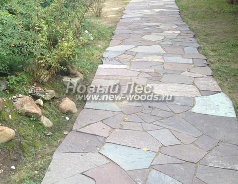Садовая дорожка с покрытием, в котором песчаник уложен с минимальными зазорами, а швы заполнены землёй