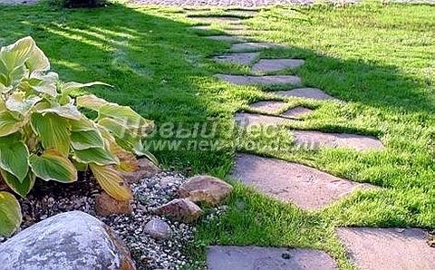 Пошаговая дорожка из песчаника с регулярным расположением камней под шаг ноги