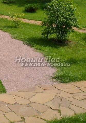 Садовая дорожка из песка, примыкающая к дорожке из песчаника