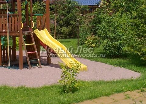 Детская игровая площадка, с покрытием из мытого песка, обустроенная на стандартной подушке для отвода влаги
