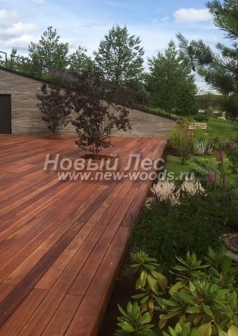 Деревянная терраса, выполненная на опорах и каркасе из досок