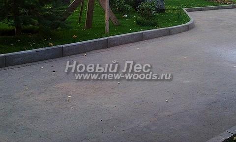 Асфальтированная подъездная дорога к дому на территории большого участка (конструкция имеет высокие бетонные бордюры)