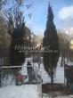 Проект озеленения территории возле загородного дома в Московской области (этап первый - посадка крупномеров сосны обыкновенной): очередное дерево высотой 7 метров высажено на постоянное место