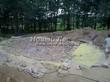 Строительство искусственного водоема и альпийской горки под ключ: укладка на бетонный раствор натуральных камней-валунов, создающих естественное дно искусственного водоема
