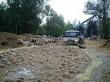 Строительство искусственного водоема и альпийской горки под ключ: разгрузка крупных камней-валунов, которые станут декоративными украшениями альпийской горки и берега пруда